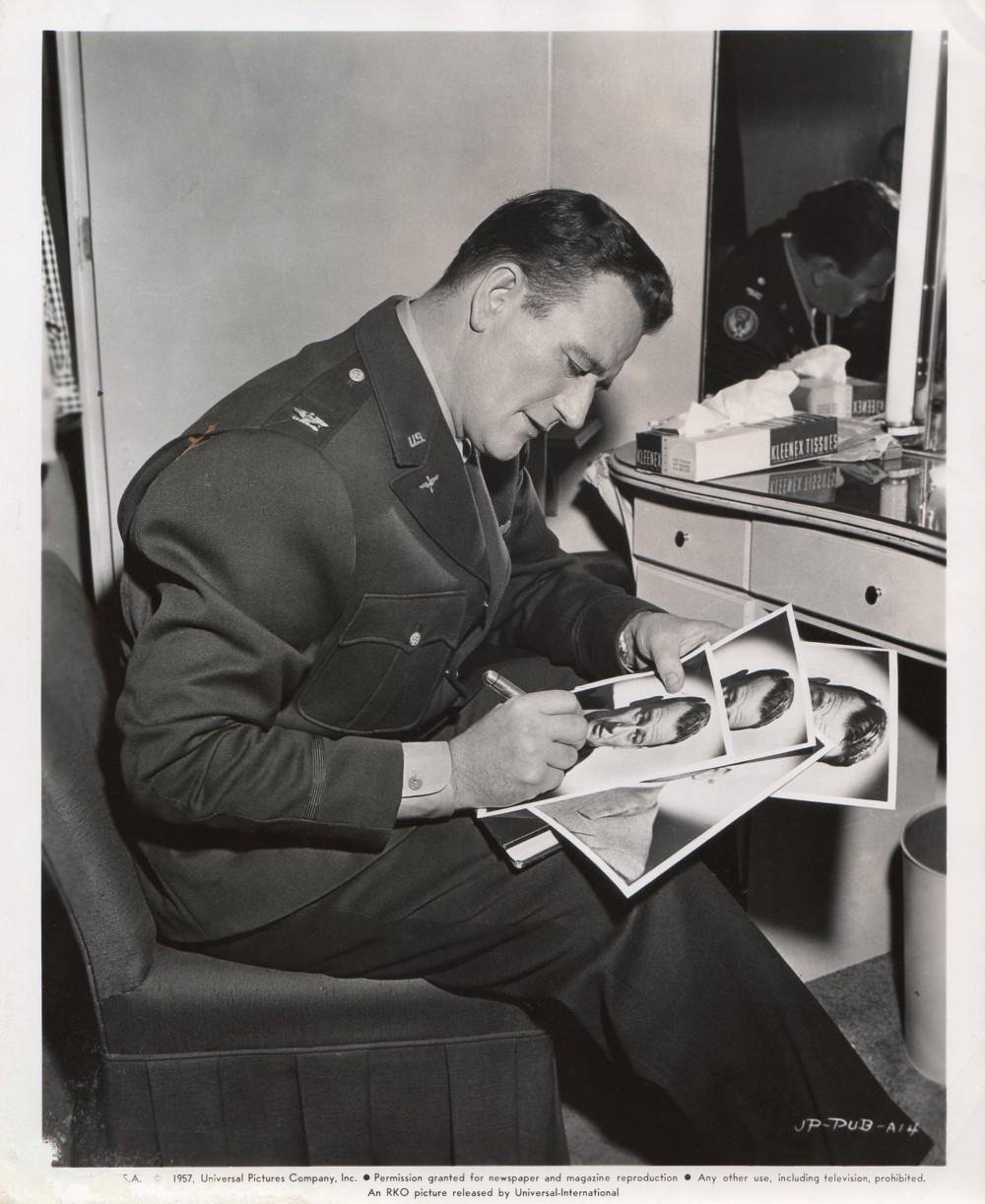 Les espions s'amusent - Jet pilot - 1957 - Page 3 Duke9413