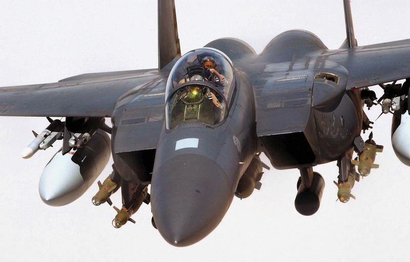 Para quem gosta de aviões - Página 4 F-15e_11