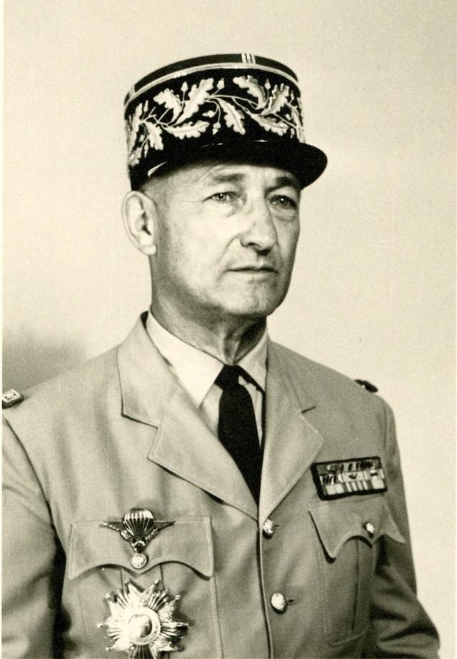 Le 1er R.C.P. rend hommage à un de leur chef de corps prestigieux Ob_c0110