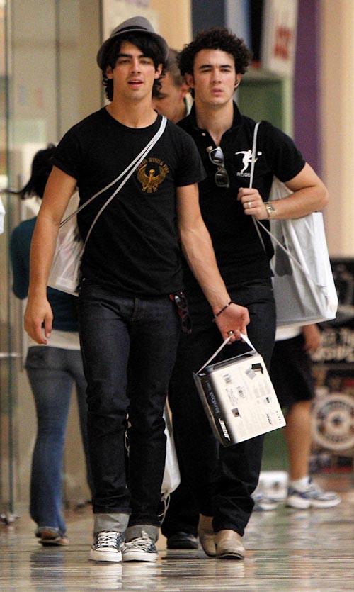 Fotos de Joe y Kevin de compras en studio City Mall 28909011