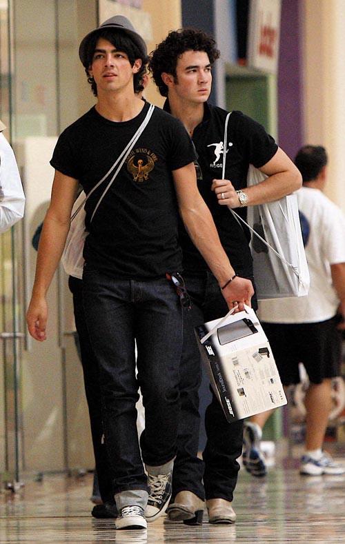 Fotos de Joe y Kevin de compras en studio City Mall 28909012