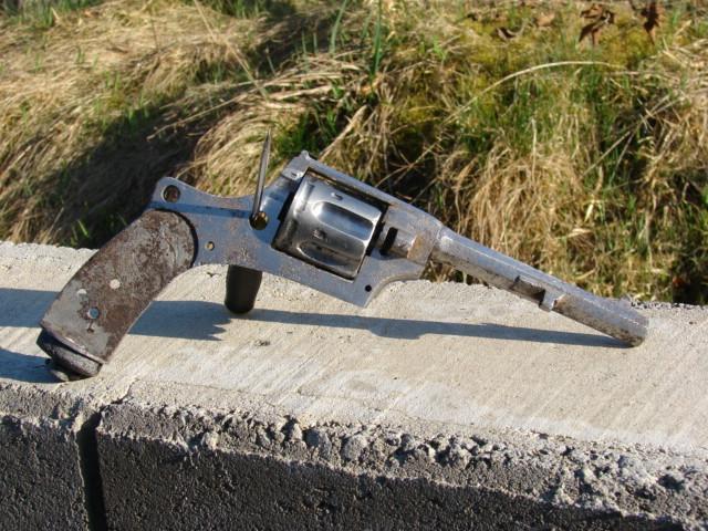 resto d'un revolver d'ordonnace suisse mod 1882 de fabrication belge  Dsc04910
