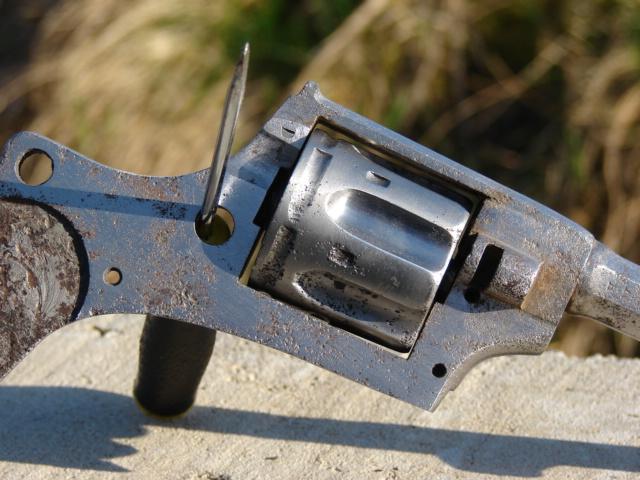 resto d'un revolver d'ordonnace suisse mod 1882 de fabrication belge  Dsc04911