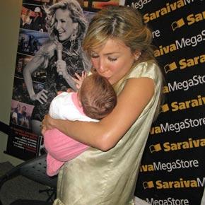 Claudia Leitte autografa DVDs na Saraiva//Morumbi Shopping 01546610