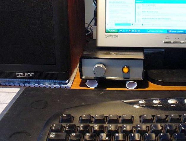 Disaccoppiare i diffusori dalla scrivania Charli10