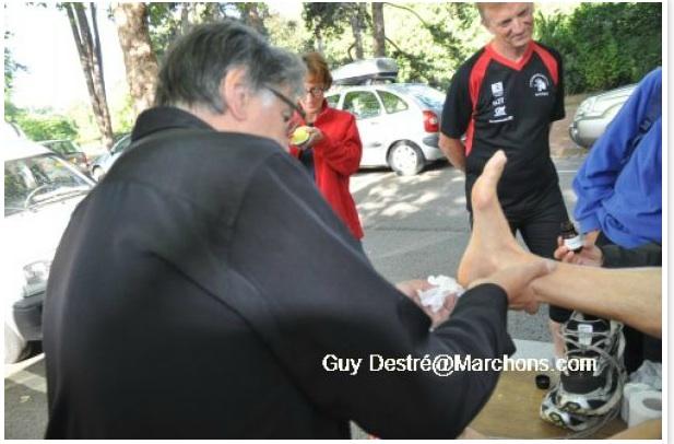 Jean-Pierre  GRANGE  prépare un marcheur avant le départ Sans_t19