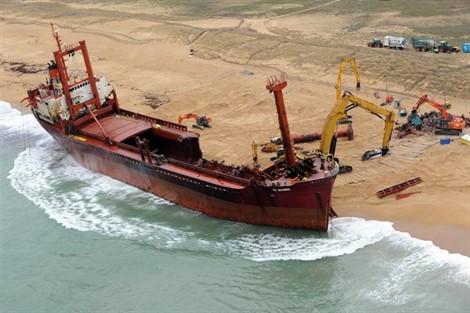 L'épave provisoire du cargo Tk Bremen échoué à Erdeven 12010910