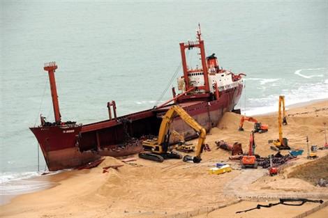 L'épave provisoire du cargo Tk Bremen échoué à Erdeven 12011010