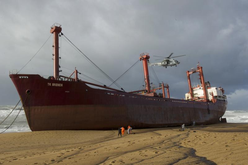 L'épave provisoire du cargo Tk Bremen échoué à Erdeven 2011mb10