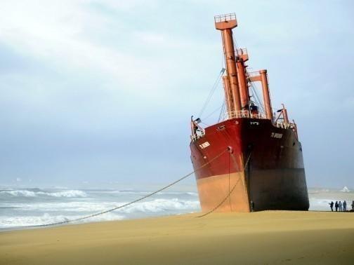 L'épave provisoire du cargo Tk Bremen échoué à Erdeven 28354010