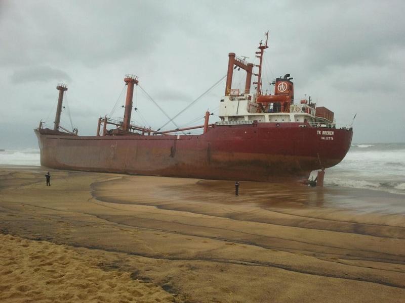 L'épave provisoire du cargo Tk Bremen échoué à Erdeven 33005310