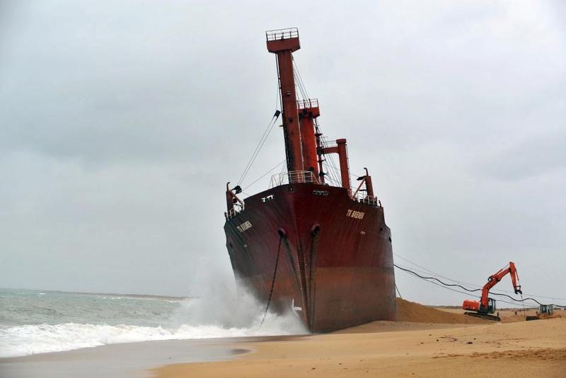 L'épave provisoire du cargo Tk Bremen échoué à Erdeven 37396110