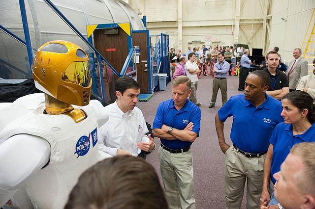 [STS-133] Discovery : Préparatifs (Lancement prévu le 24/02/2011) - Page 8 Sans_146