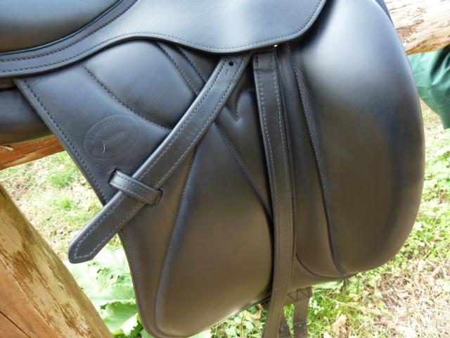 A vendre  -----  Selle de dressage MAKILA de DEVOUCOUX - Taille 17,5' ------- VENDUE ! P1000826