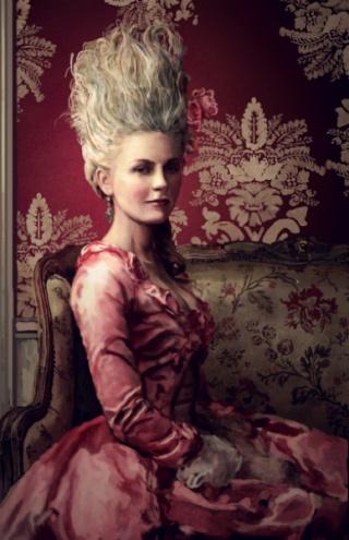 Portrait de la Reine au livre en robe rouge Marie_10