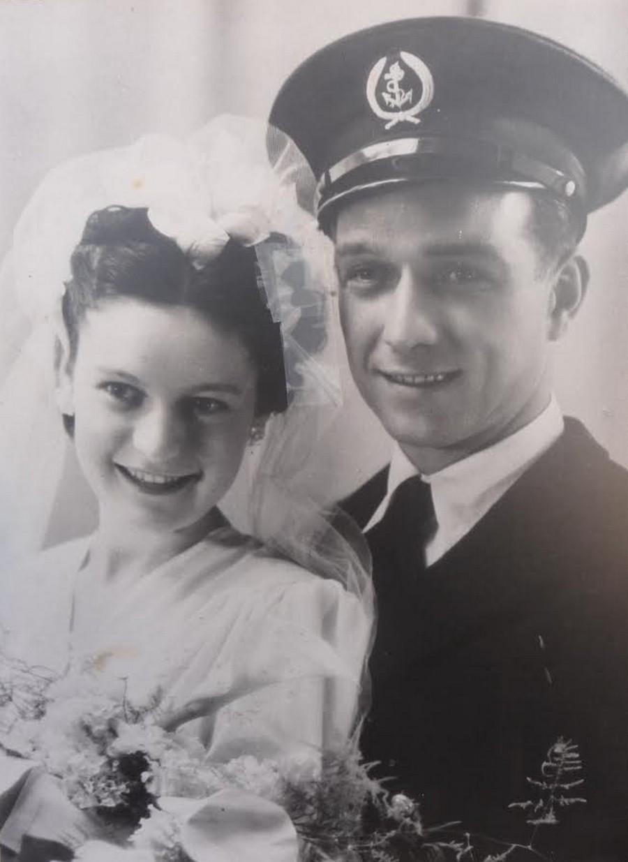 [Les traditions dans la Marine] Mariage en tenue - Page 5 Roger10