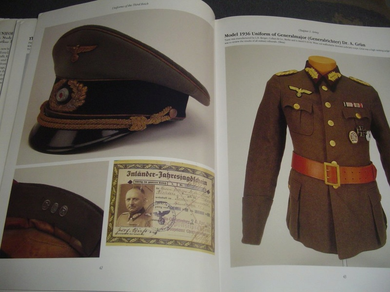 Livre: uniforms of the 3rd reich Dsc00011