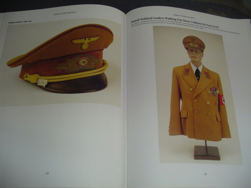 Livre: uniforms of the 3rd reich Dsc00012