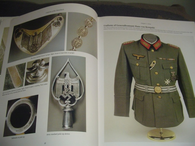 Livre: uniforms of the 3rd reich Dsc00014
