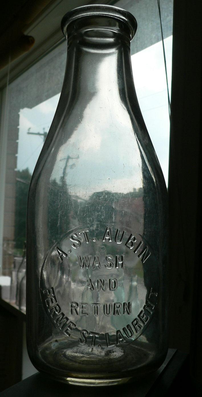 Pinte de lait 'A. ST. Aubin / Ferme St. Laurent' embossée Lait10