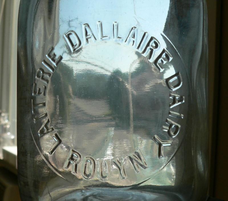 Pinte de lait 'Laiterie DALLAIRE Dairy'; Rouyn, Québec  -embossée- Rouyn110