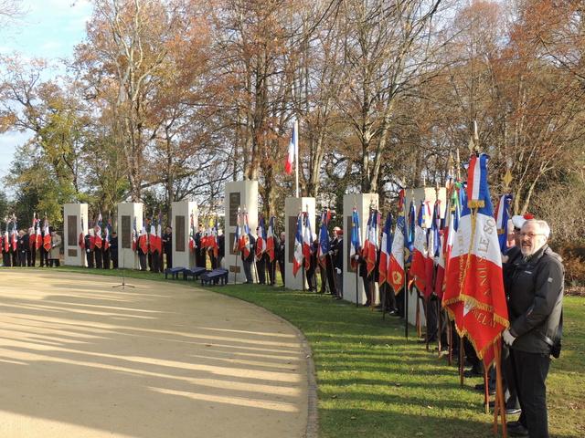 la cérémonie sur le plateau de la Garenne à Vannes comptabilisait 42 drapeaux d'associations. Dscn9210