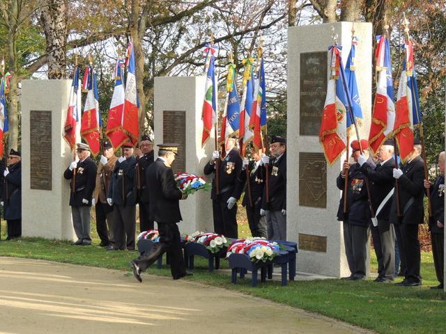 la cérémonie sur le plateau de la Garenne à Vannes comptabilisait 42 drapeaux d'associations. Dscn9211
