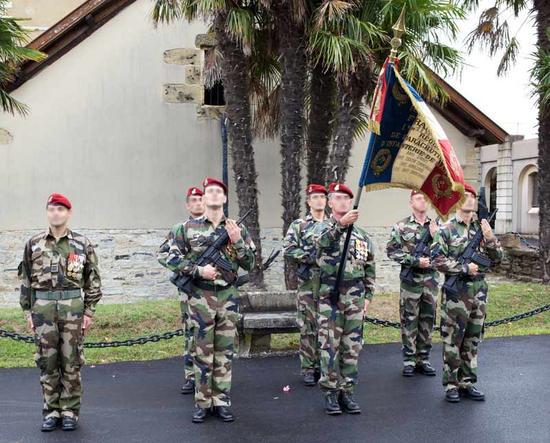 Le chef de corps 1er RPIMa et sa garde au drapeau lors de la St Michel 2010 1er_rp10