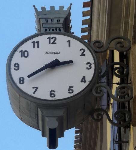Reçu un beau diapo....Les horloges et pendules des rues..... - Page 41 19518310