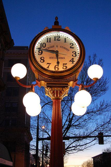 Reçu un beau diapo....Les horloges et pendules des rues..... - Page 42 92888a10
