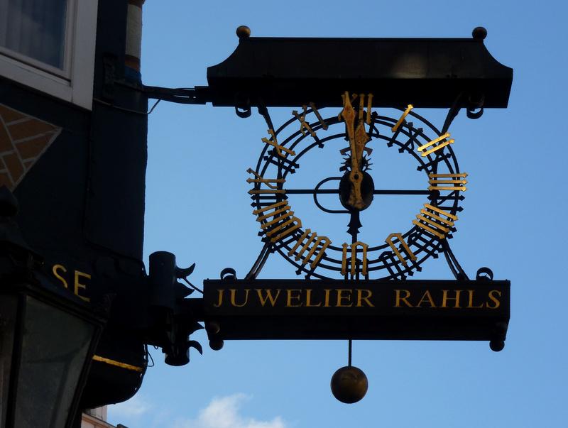 Reçu un beau diapo....Les horloges et pendules des rues..... - Page 42 Celle_10