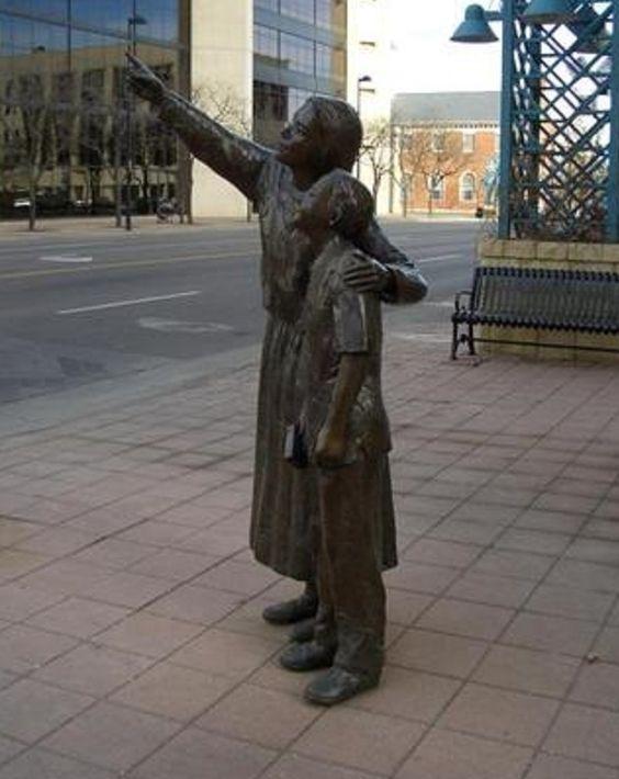Des statues amusantes ! - Page 9 F99e3310