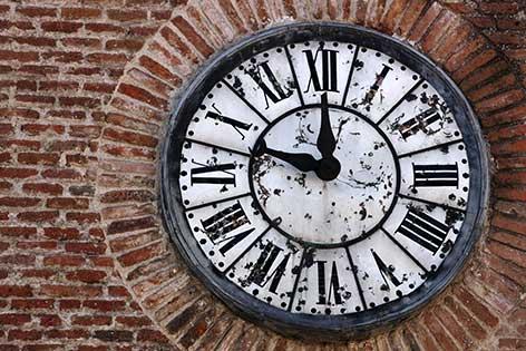 Reçu un beau diapo....Les horloges et pendules des rues..... - Page 42 Horlog11