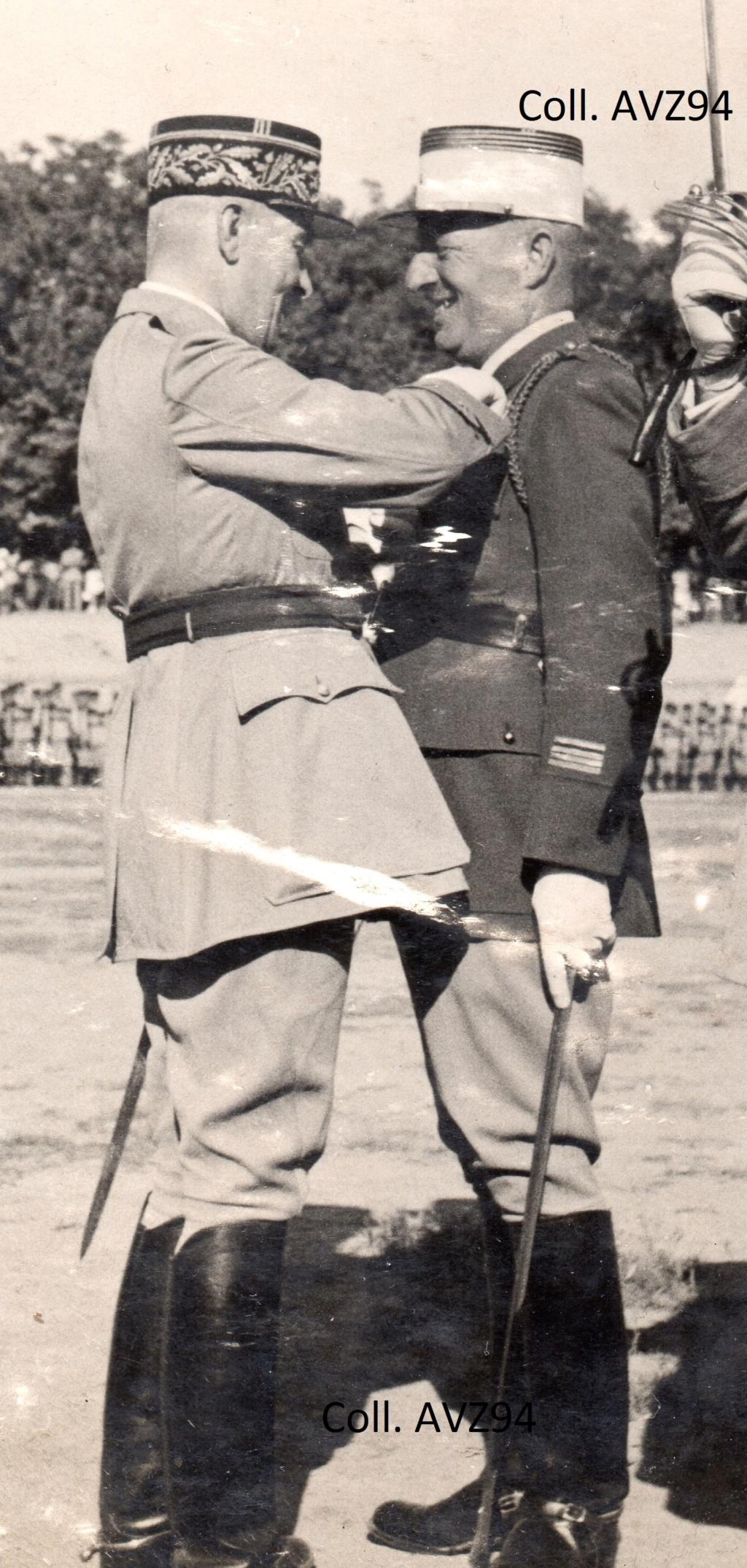 Général Cazaban, décorant le Cdt Péria 2019-565