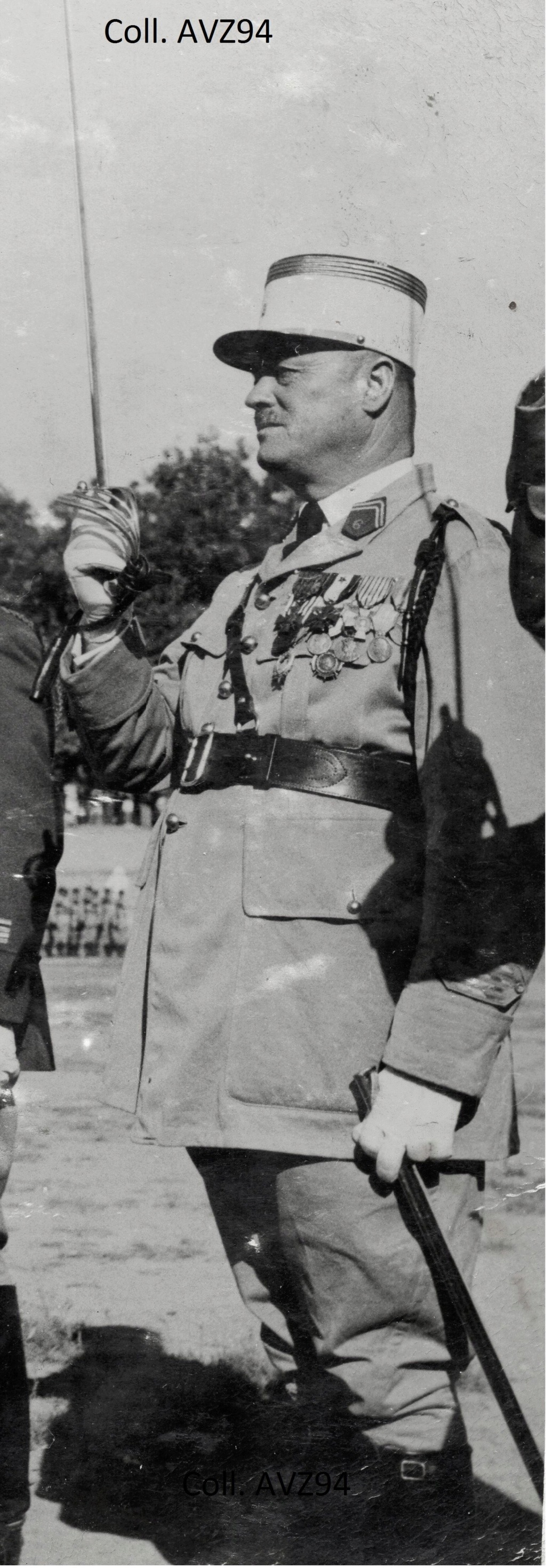 Général Cazaban, décorant le Cdt Péria 2019-571