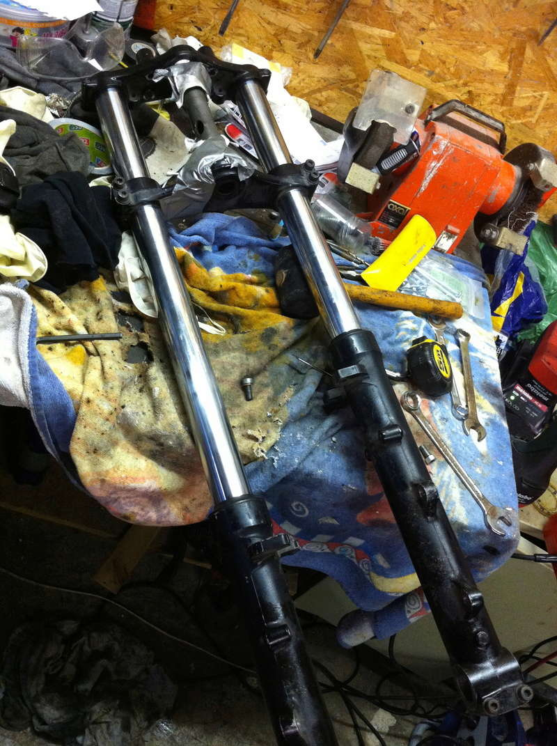 fourche R100R: dépose tubes plongeurs et fourreaux, comment faire ? Img_2911