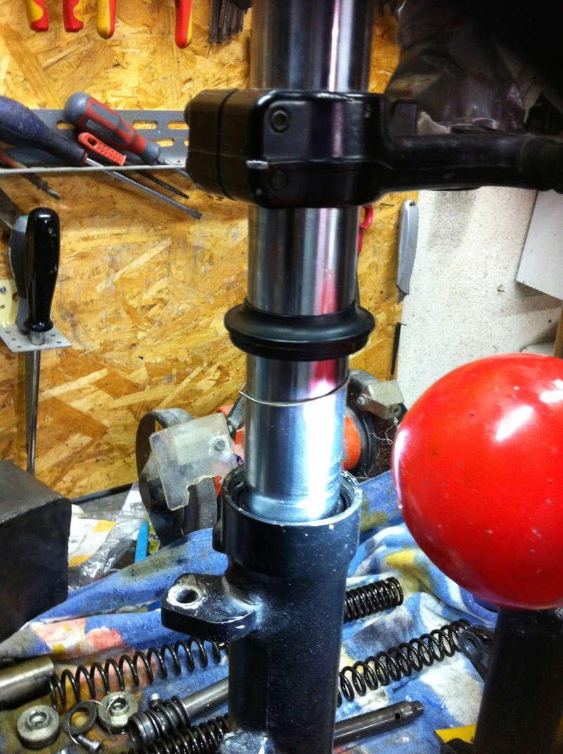 fourche R100R: dépose tubes plongeurs et fourreaux, comment faire ? Img_2916