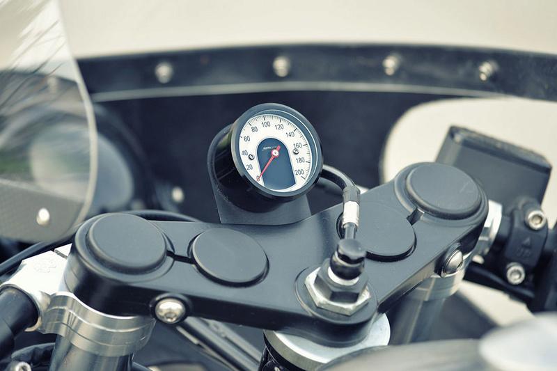 C'est ici qu'on met les bien molles....BMW Café Racer - Page 2 3410