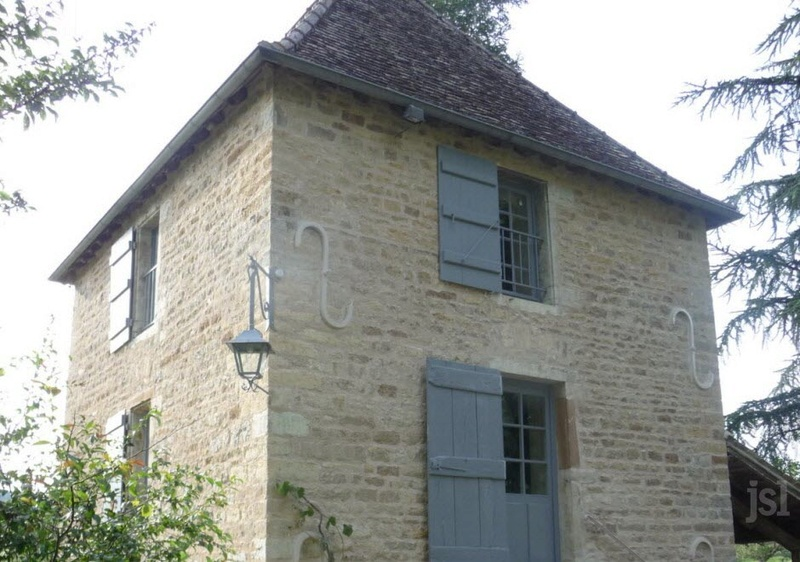 L'ancien pavillon comme neuf  Mission accomplie pour le chantier de restauration du patrimoine du domaine de Charly, la réfection des façades en pierres jointées de l'ancien pavillon de chasse est terminée. La-ref10