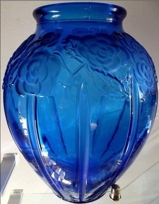 Gros vase verre noir pressé moulé Art Déco (?) côtelé, fleurs satinées 593_0010