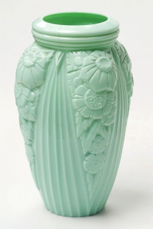 Gros vase verre noir pressé moulé Art Déco (?) côtelé, fleurs satinées Vase-o10
