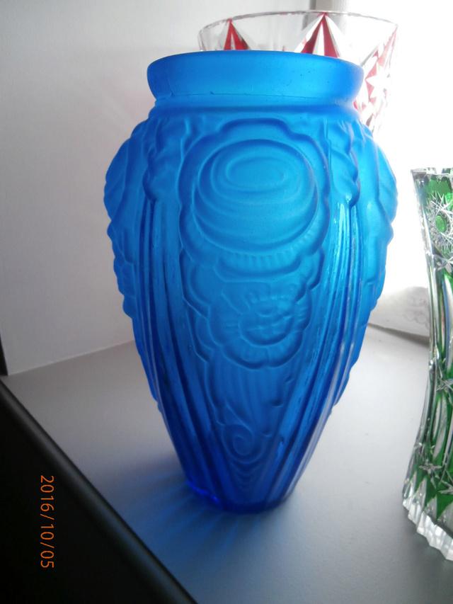 Gros vase verre noir pressé moulé Art Déco (?) côtelé, fleurs satinées Vase10