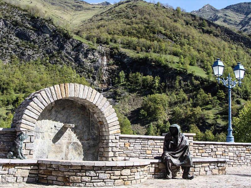 Une fontaine à Viella en Pays Toy, Hautes-Pyrénées - France 39352910