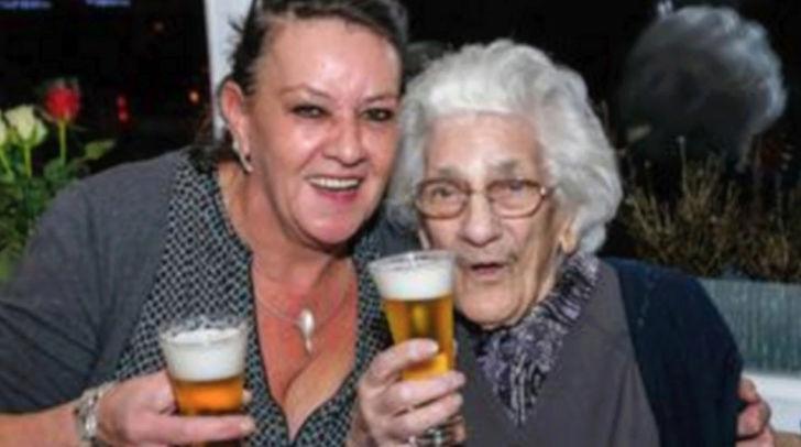 Robertine, 96 ans boit entre 12 et 20 pintes de bières belges par jour Aalasx11