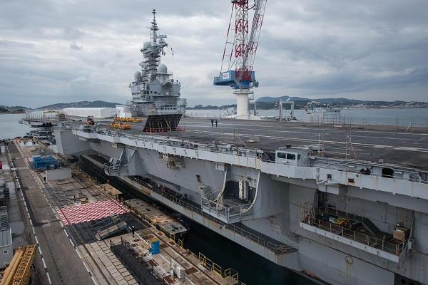 Le porte-avions Charles de Gaulle a rejoint le bassin Vauban . Cdg-2010