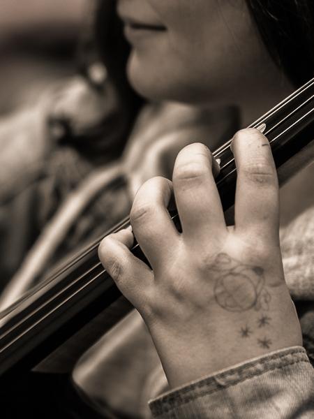 Une jeune violoncelliste, main gauche Violon12