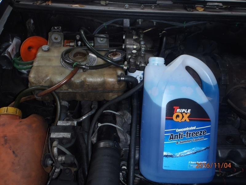 Placement d'antigel concentré moteur VM. (5 litres). Pb040010