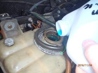 Placement d'antigel concentré moteur VM. (5 litres). Pb040013