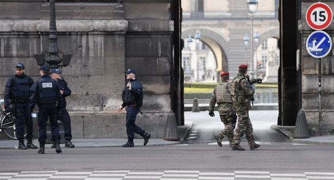 sentinelle - les paras de sentinelle agressés au Louvre Le_lou10