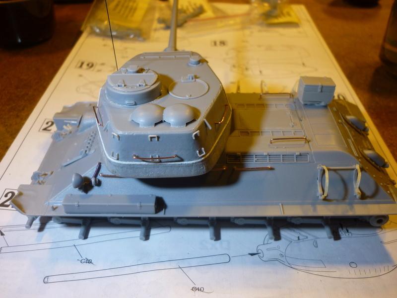 T-34/85 Dragon 1/35 + Russian tank crew Tristar 1/35 - Page 2 P1080011